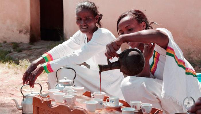 Две девушки пьют кофе в Эфиопии