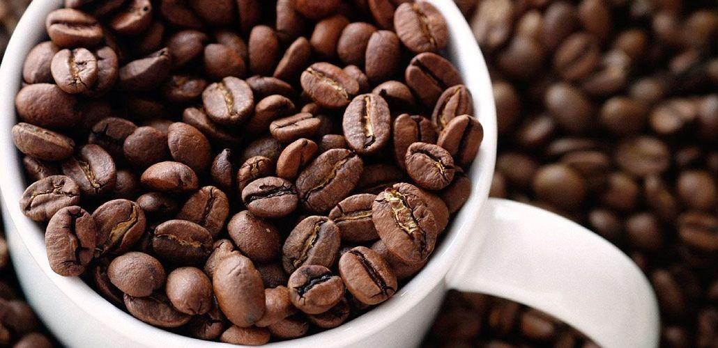 Заваривание молотого кофе в чашке, фото