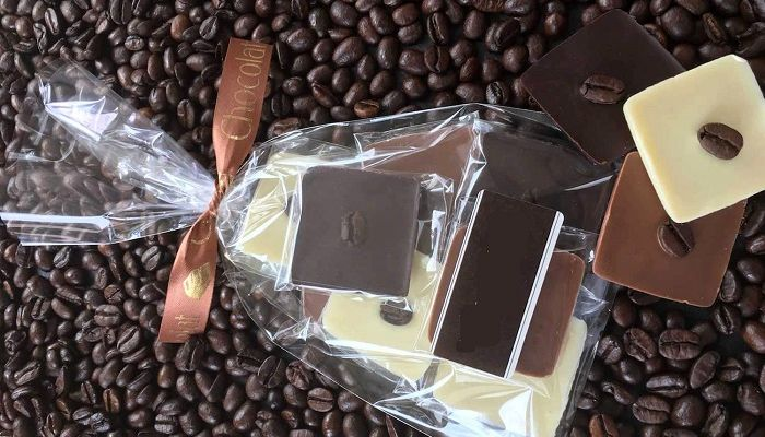 Зерна кофе и шоколад, фото
