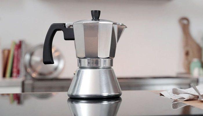 Гейзерная кофеварка на плите, фото