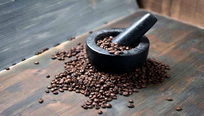 Помол кофе в ступке, фото