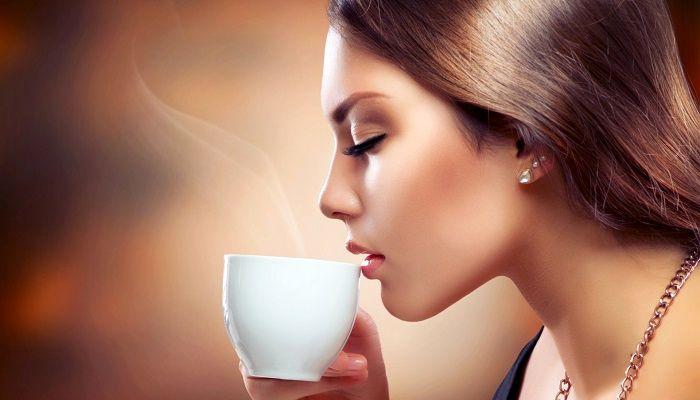 Девушка пьет кофе, фото